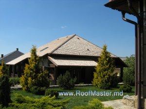 Деревянная крыша из канадского кедра в Молдове.